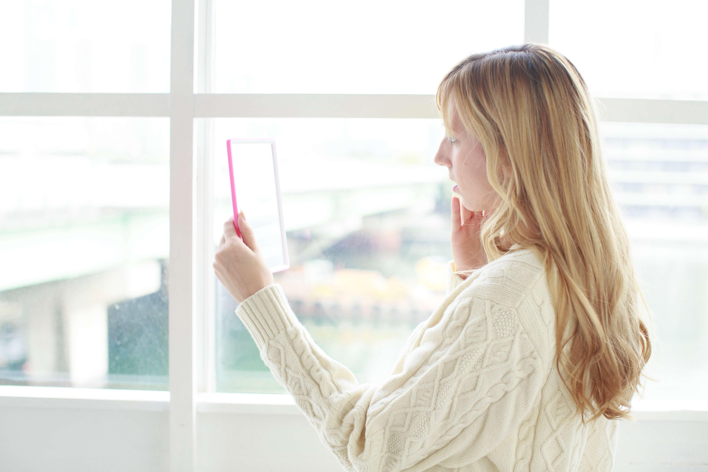 女性が鏡をみている画像