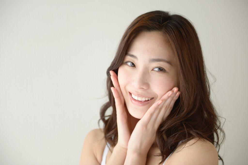 頬を触る女性画像03