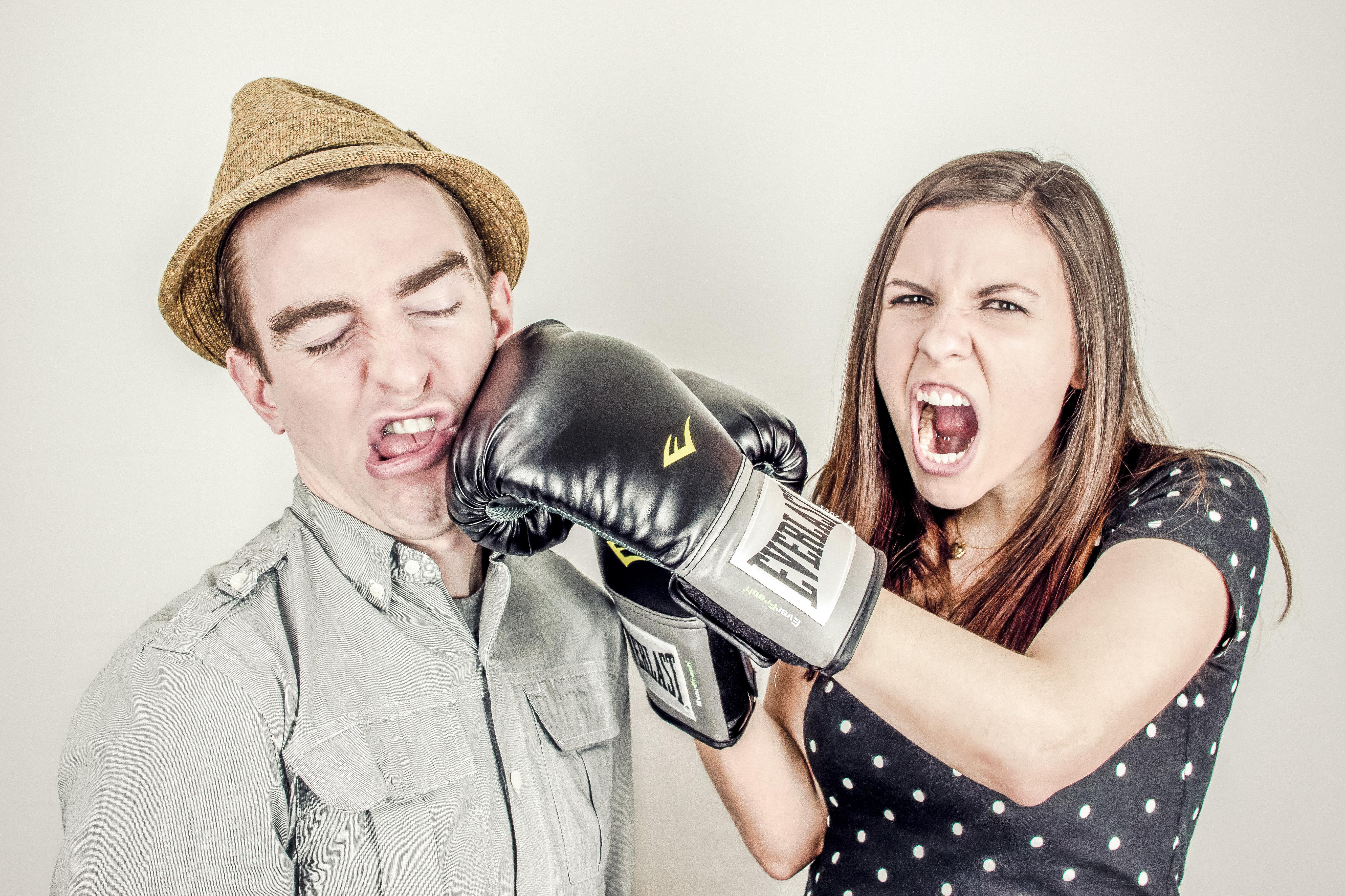 カップルが喧嘩している画像