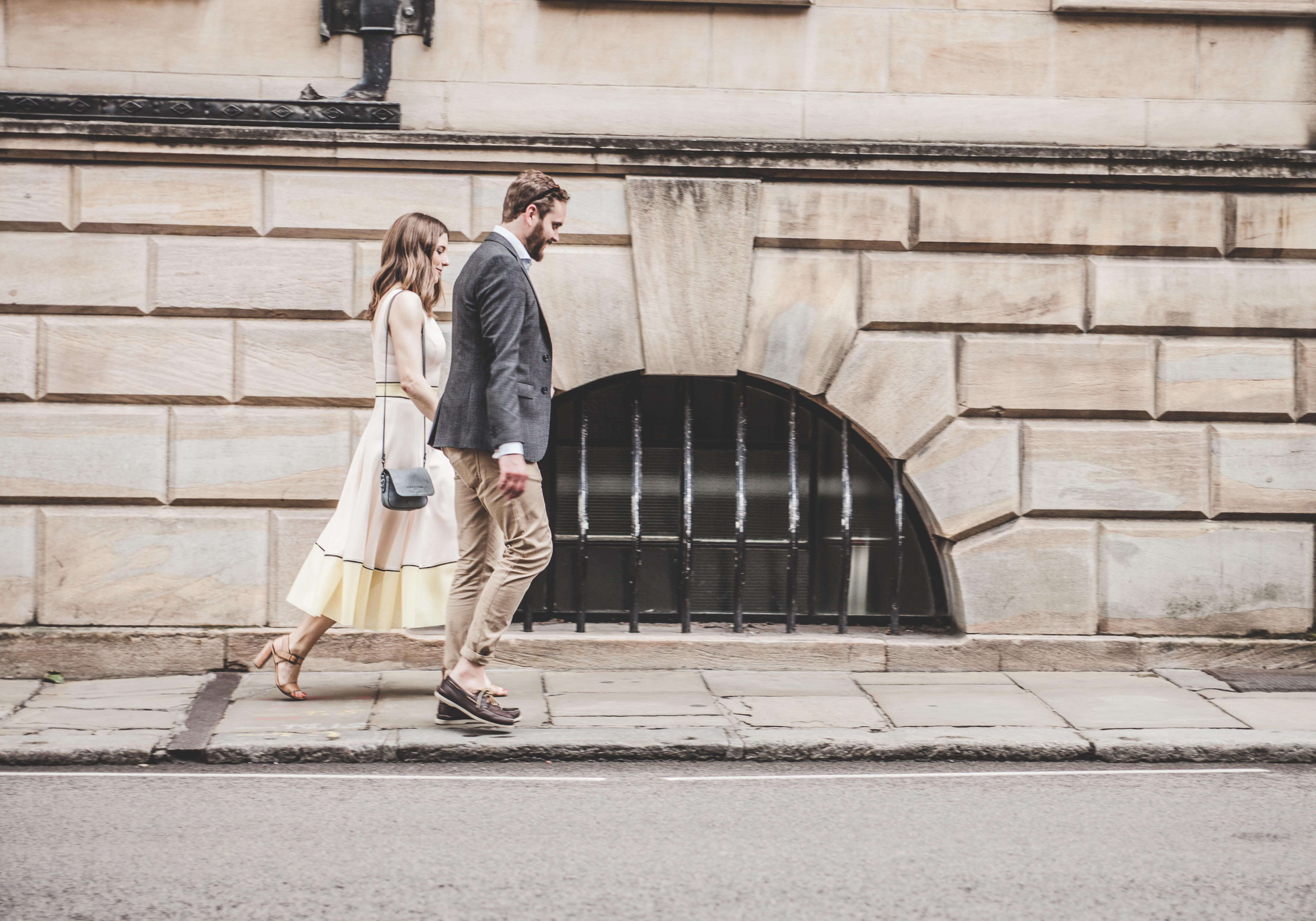 カップルが歩いている画像