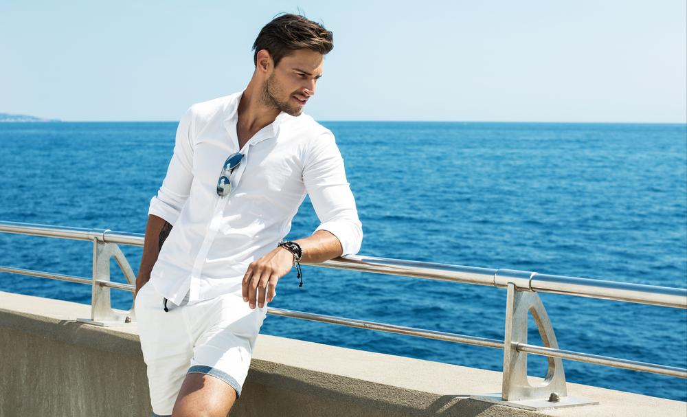 白シャツの男性