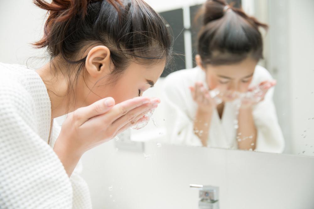 洗顔している女性の画像