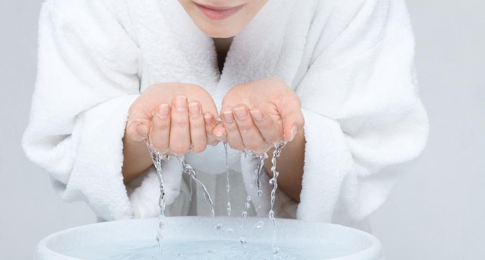 洗顔をしている画像