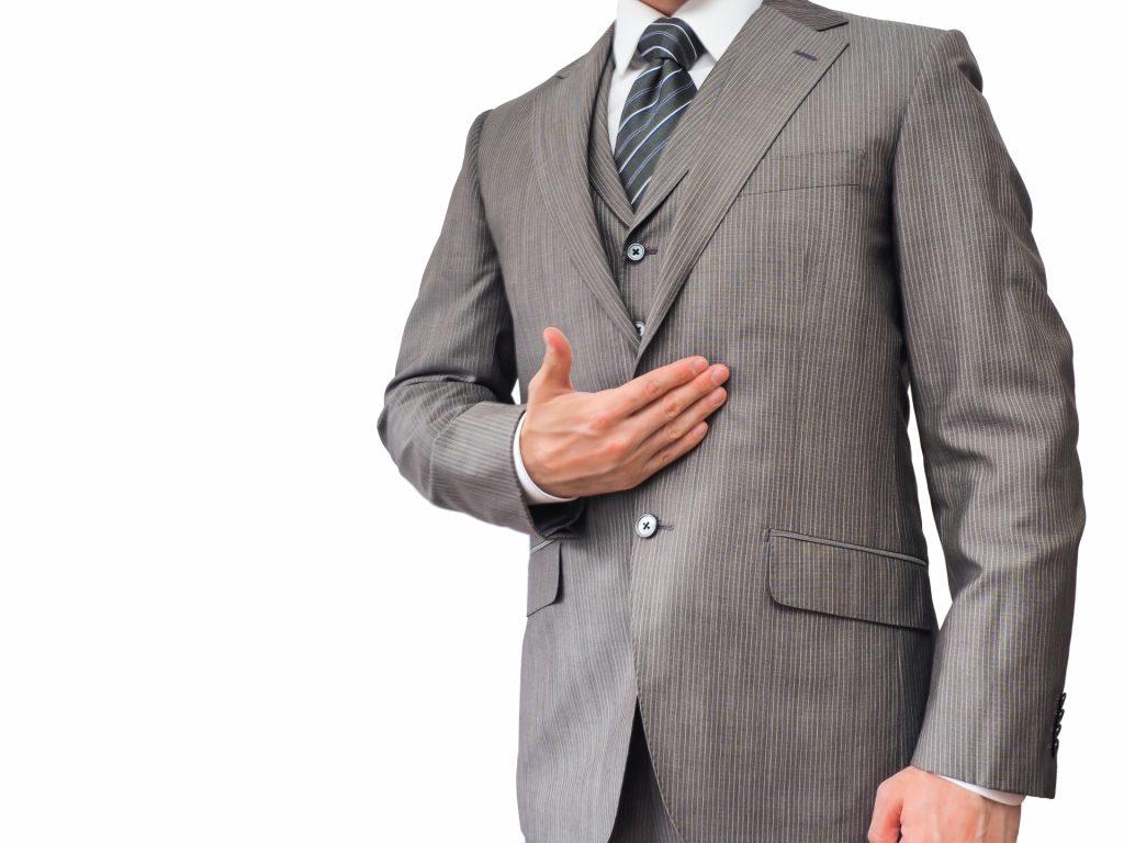 清潔感のあるスーツを着ている男性画像