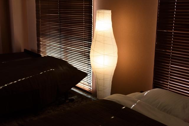 夜のベッドルームの画像