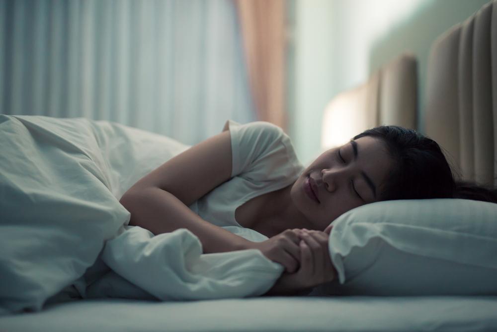 睡眠している女性の画像