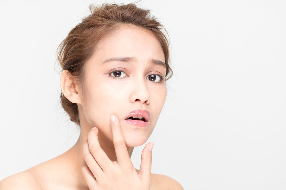 顔に痛みがある女性の画像
