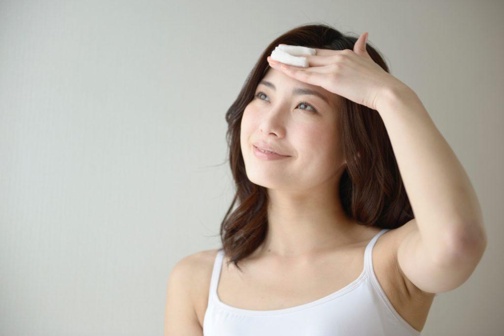 化粧水をつけている女性の画像