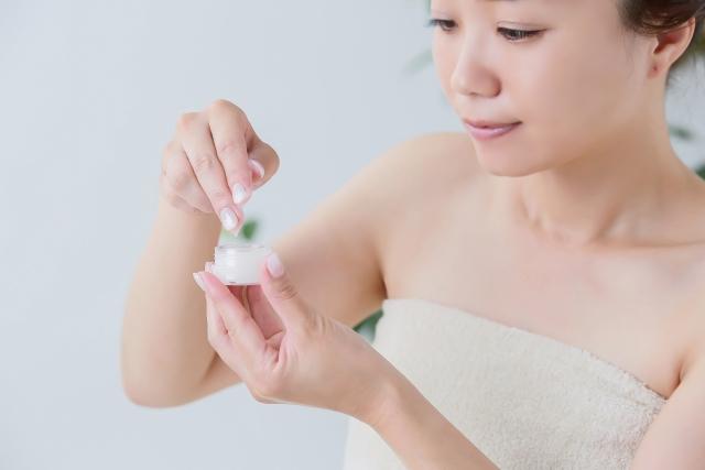 クリームを手に取る女性の画像