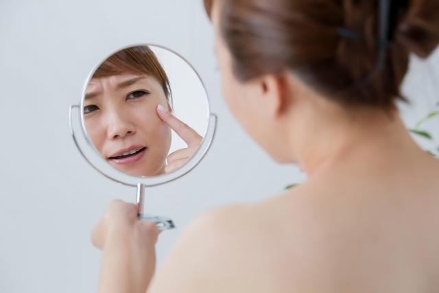 顔がかゆい女性の画像