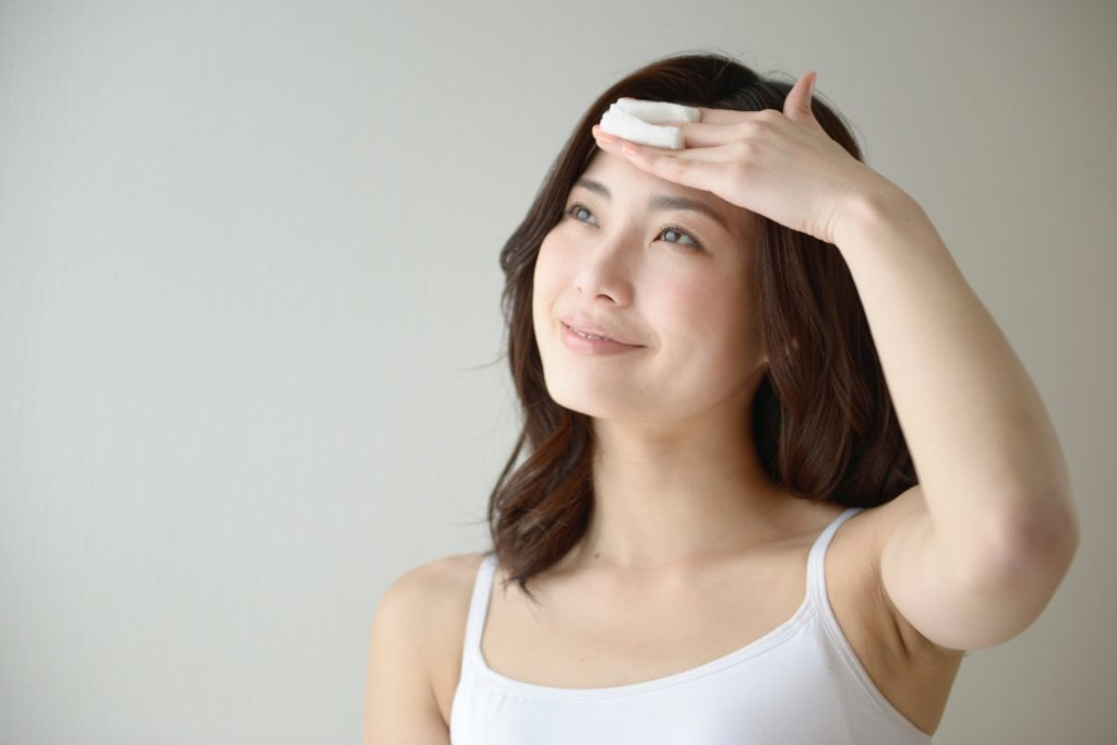 保湿をしている女性の画像