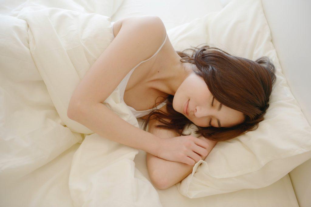 快眠している女性の画像