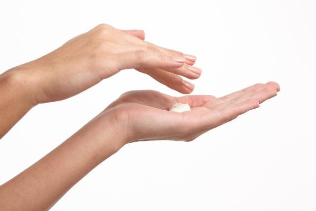 手のひらにクリームを出している画像