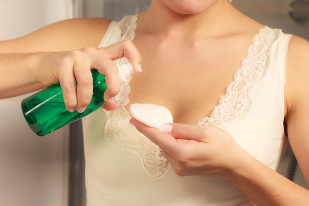 コットンに化粧水をつけている画像