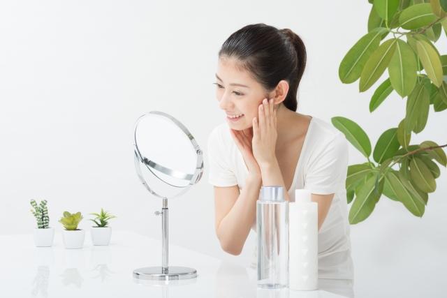 化粧水を顔につけている画像