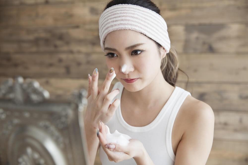 洗顔泡を鼻にのせる女性