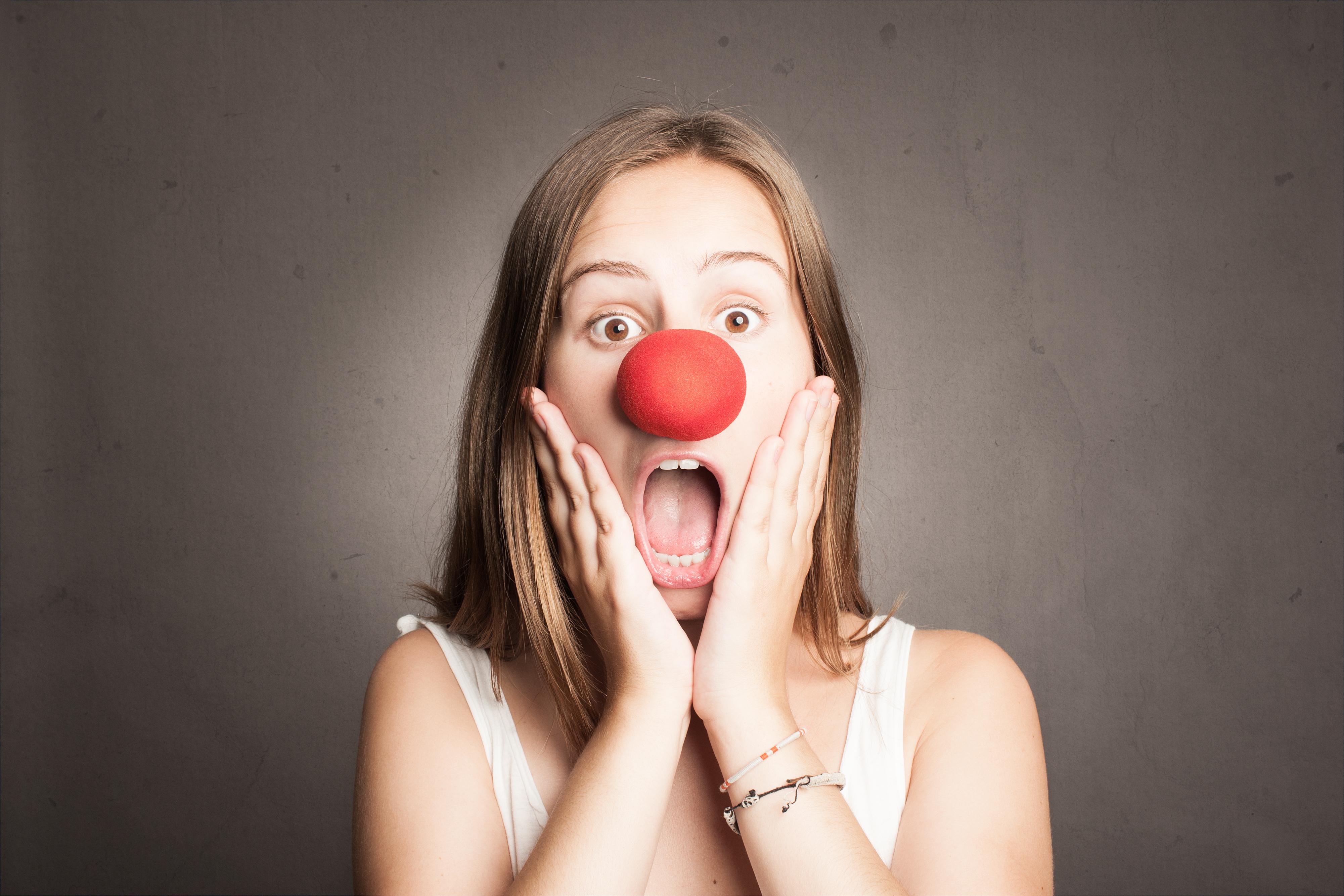 鼻が赤い女性の画像
