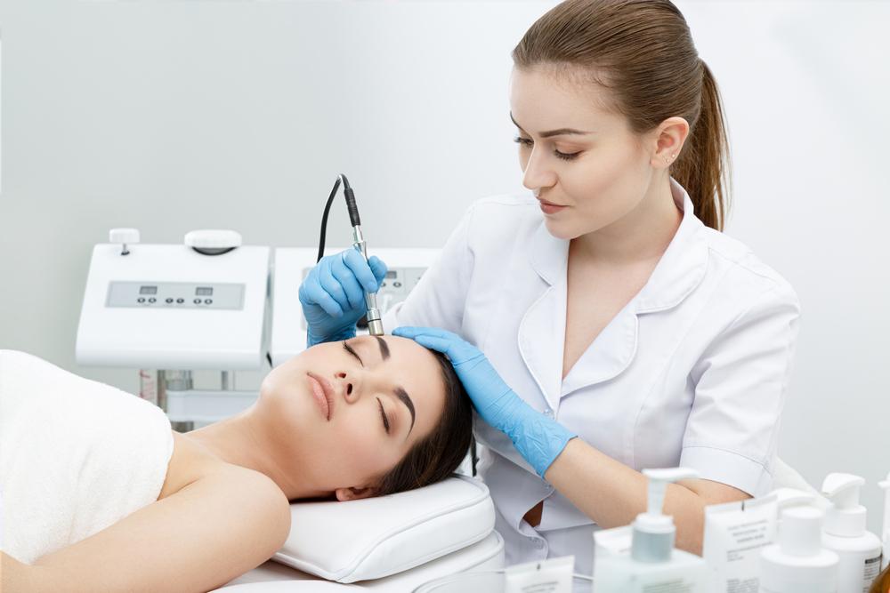 皮膚科で治療している画像