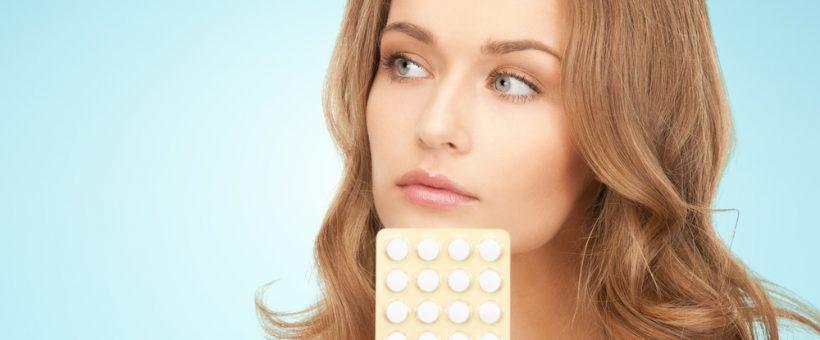 女性が薬を持っている画像