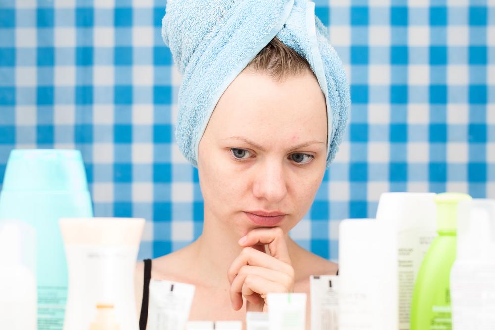 洗顔料を見ている女性の画像