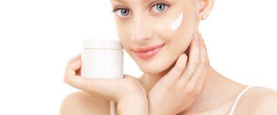 顔にクリームを塗っている女性の画像