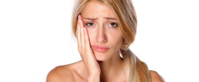 顔を痛がる女性の画像