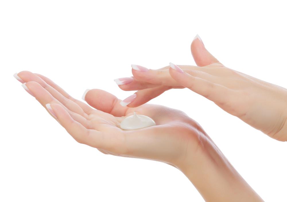 手に乳液を出している画像