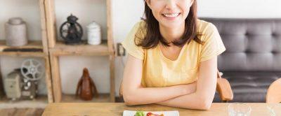 アイキャッチ画像サラダの前の笑顔の女性