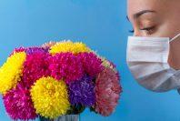 花束とマスク女性
